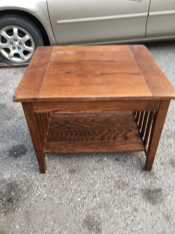 End table 26143944-a12b-4c8a-828a-784eb35f3235