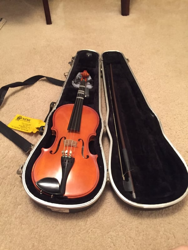 Brown violin with bow in case a2dff7f5-54e3-4d86-bc83-5ee9418504a9