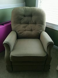 Very comfy small recliner 292 mi