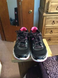 black-and-pink running shoes Burkburnett, 76354