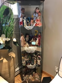 Glass showcase containing about 50 international dolls Vaudreuil-Dorion, J7V