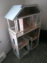 white and brown wooden dollhouse Kent, 98031