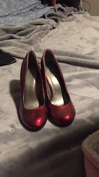 Size 7.5 Ruby colored pumps barely worn  367 mi