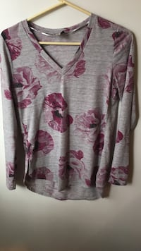 grey and maroon floral v-neck top Lincoln, 68521
