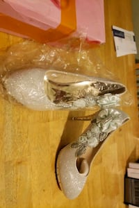 Womens size 6 brand new silver sparkle heels. New Bedford, 02740