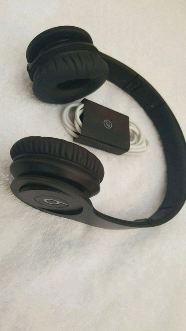 black and gray Beats by Dr. Dre  headphone