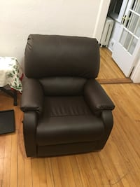 Leather couch convertible very good condition  Montréal, H3H 2L5
