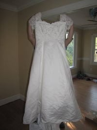 women's white scoop neck wedding dress Fayetteville, 28311