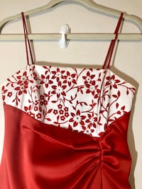 Formal ready! Eureka long formal red dress beaded embroidered.