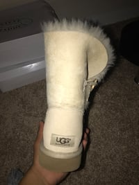 Pair of brown ugg classic short with box Reston, 20191