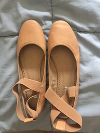 gently used size 7 beige women's dress shoes BEAVERTON