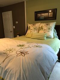 White and green floral queen bed comforter 69 km