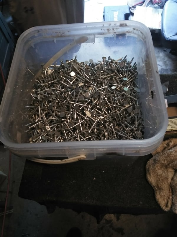 "Roofing nails 1 1/2"" galv over half full. c7264b7f-5104-4ab4-b1c6-c6f63e225052"