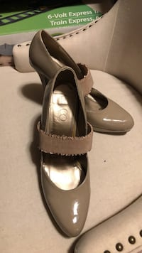 Pair of leather peep toe heels Cambridge, N1R 8P5