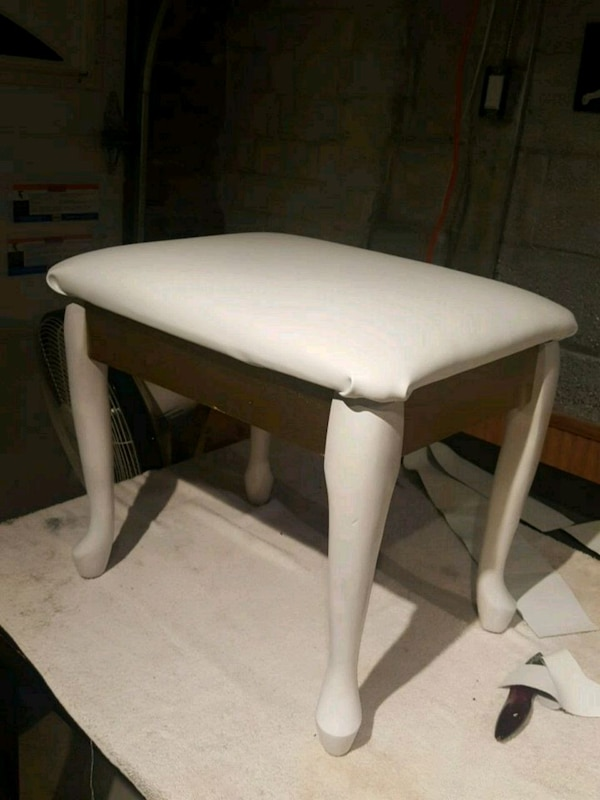Beautiful white and gold wooden stool 1d26b0ce-9326-43c7-9444-765b691d73d2
