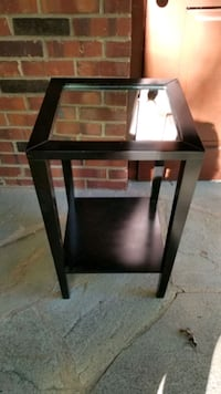 Mirrored side table in very good condition. Scotch Plains, 07076