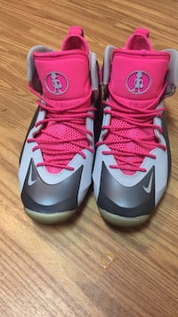 Pair of pink-and-gray nike basketball shoes Christiana, 37037