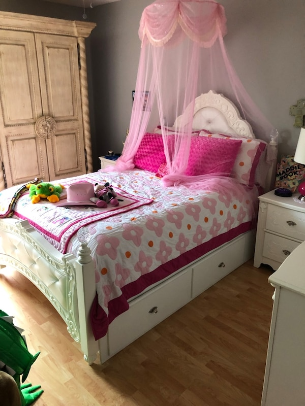 Girls princess bedroom set with 600.00 mattress, barely used