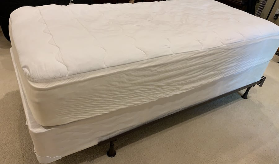 Single Bed that includes frame, box spring and mattress 718a778b-17fc-4cc5-875d-f7d9bb975844