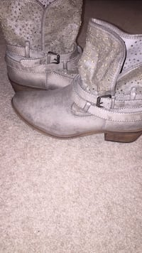 """Women's (size 9) ankle cowboy boot never worn outside in great condition *brand is """"bare traps""""*"""
