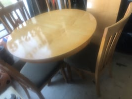 Round table four chairs 57 with leaf excellent condition