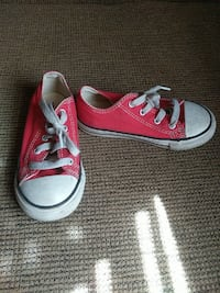 children's pair of pink Converse low top sneakers