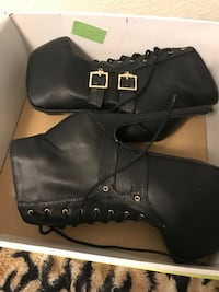 Pair of black leather boots Los Banos
