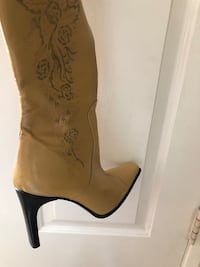 pair of brown leather heeled boots 2232 mi