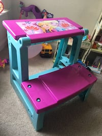 Frozen 2-in-1 Activity Desk and Chair Toy 13 km