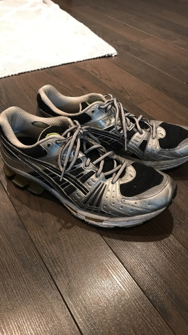 pair of gray-and-white Nike running shoes 14e35d5d-d614-44d6-af1a-df412a436910