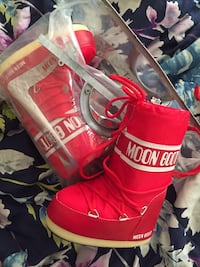 pair of red-and-white Vans high tops Nokesville, 20136