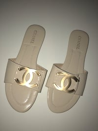 Pair of white leather open-toe sandals Germantown, 20876