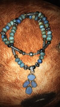 blue, teal, and silver-colored beaded bracelet