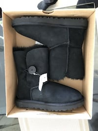 UGG W Bailey Button ll black size 6 Brand New