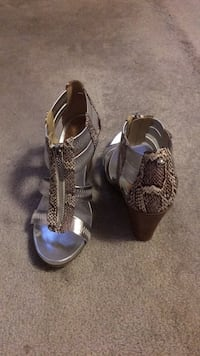 Pair of gray-and-black shoes Size 7 1/2 Mississauga, L5M 5E2