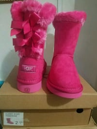 pair of size 2 DDR UGG Bailey Bow boots with box 220 mi