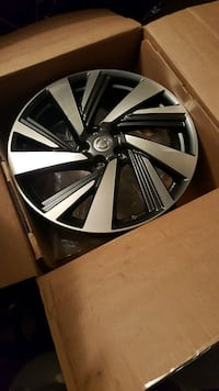 chrome multi-spoke car wheel in box Springfield, 22150