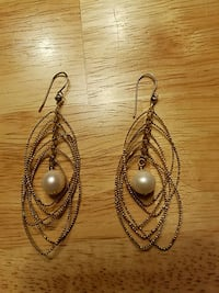 Dangle gold tone earrings with pearl. Burtonsville