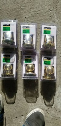 6 gold dummy knobs 2 bed or bath knobs like new  Whitby, L1R 2X9