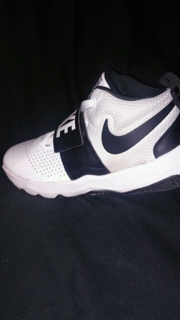 7cdc72cd94c54a Used Boys white and black Nike shoe for sale in Fresno - letgo