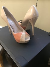pair of women's beige leather pumps 542 km