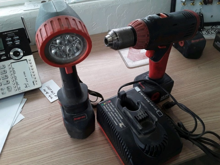 Photo Snap-on drill and light 14 volt batteries with rapid charger
