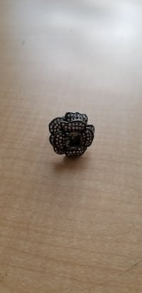 STELLA AND DOT CRYSTAL FLOWER RING