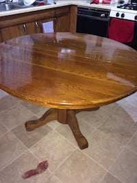 Round brown wooden pedestal table Carbondale, 62901