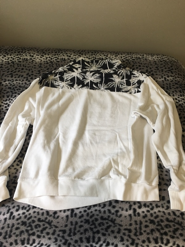 white and black pink sweatshirt size medium 0b53b21e-4dc6-488a-9972-0ee29d1fa553