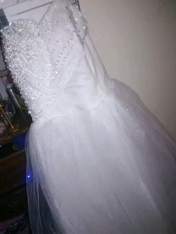 Used women\'s white wedding gown for sale in Virginia Beach - letgo