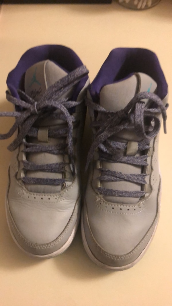 pair of gray-and-black Nike basketball shoes 76face95-2b9d-4c97-bd5d-deee5ad20124