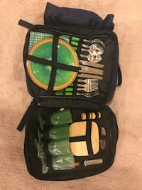 A Picnic in a Bag with Plates, Cups, Flatware, Napkins, Corkscrew & Cheeseboard Hanover, 21076