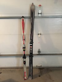 Two unpaired white and black snow skis Montréal, H1H 5C1