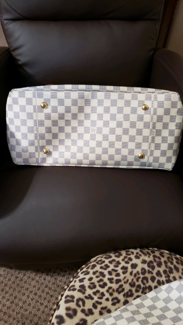 THIS BAG IS A ARSTY  LARGE  IN GREAT CONDITION.  18876052-1203-472e-8fcd-fed7cccaa25a